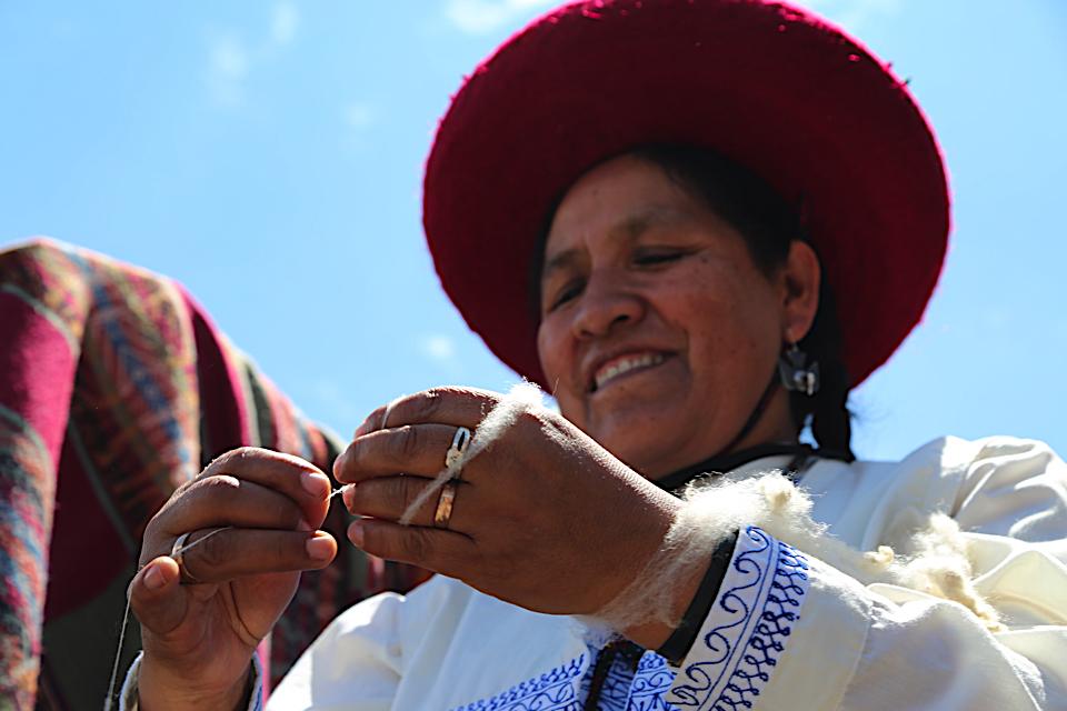 b826e668897 Peruvian textile artist